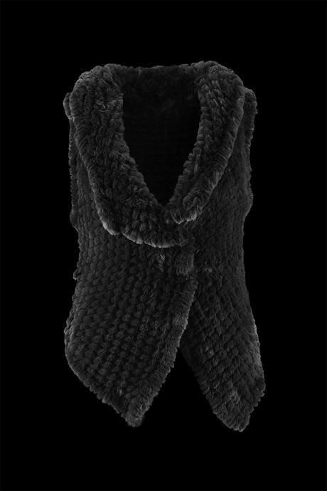 Ärmellose Jacke für Damen mit weitem Kragen. Sie ist mit einem weichen Ökologischen Pelz Lapin Effekt auf Strickarbeit abketten realisiert.