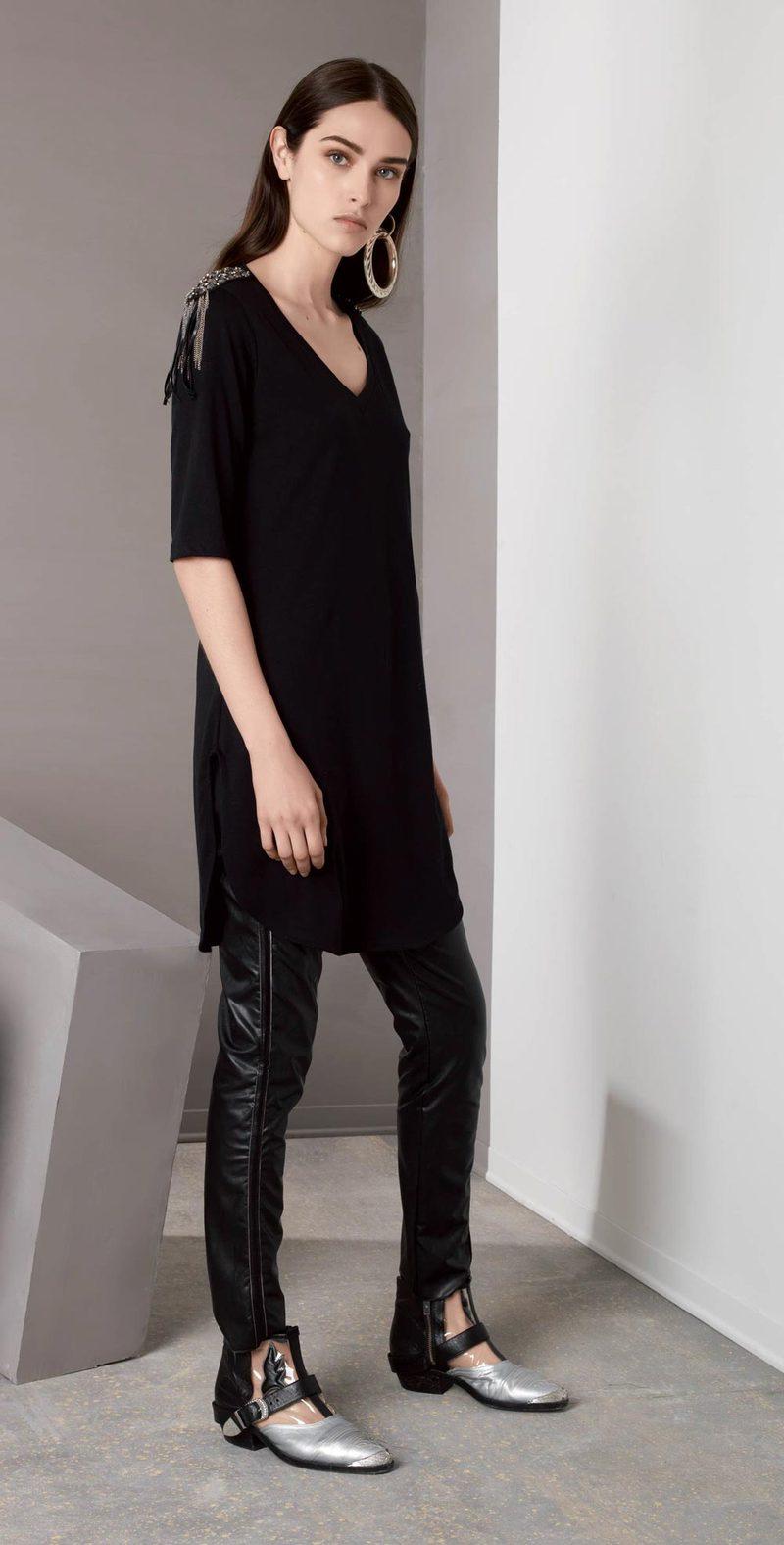 T-shirt nera con spallotti
