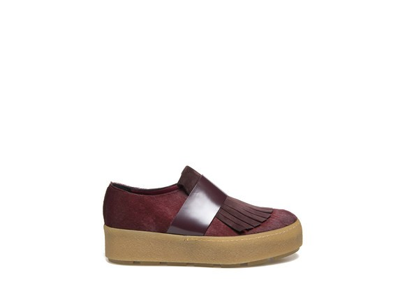 Moccasin in burgundy pony effect calfskin and crepe sole