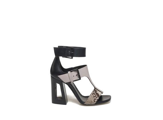 Sandalette mit Band in Pythonoptik und Schnallen