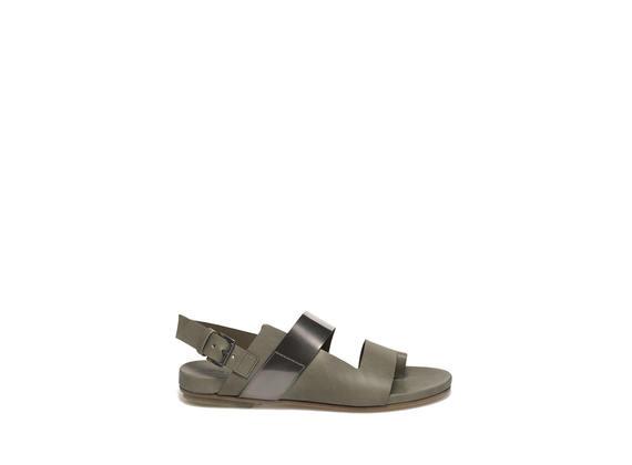 Sandalo color cuoio con banda metallizzata