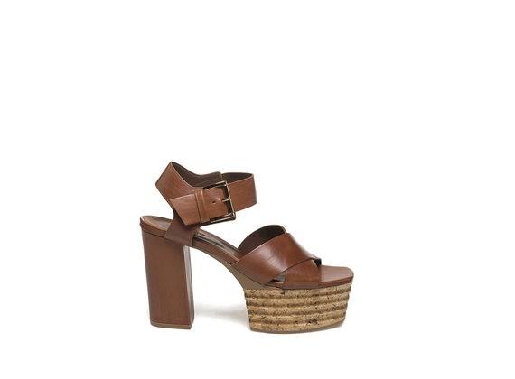 Cognacfarbene Sandale mit Plateausohle aus Kork