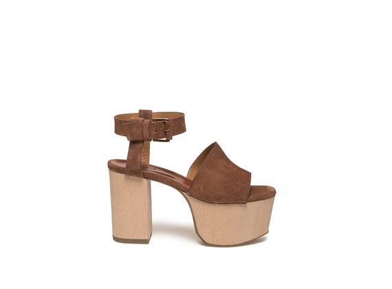 Cognacfarbene Sandalette aus Veloursleder mit Plateausohle aus Holz