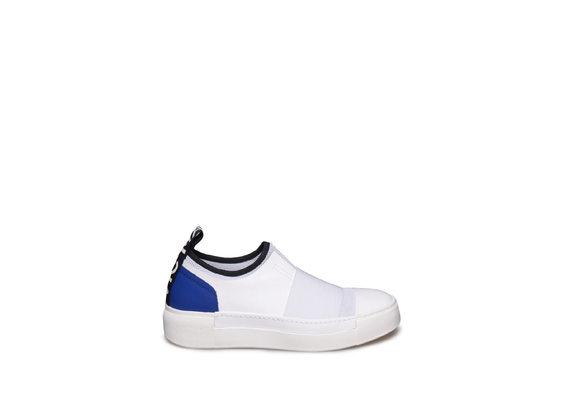 Weißer Slipper mit blauer Ferse