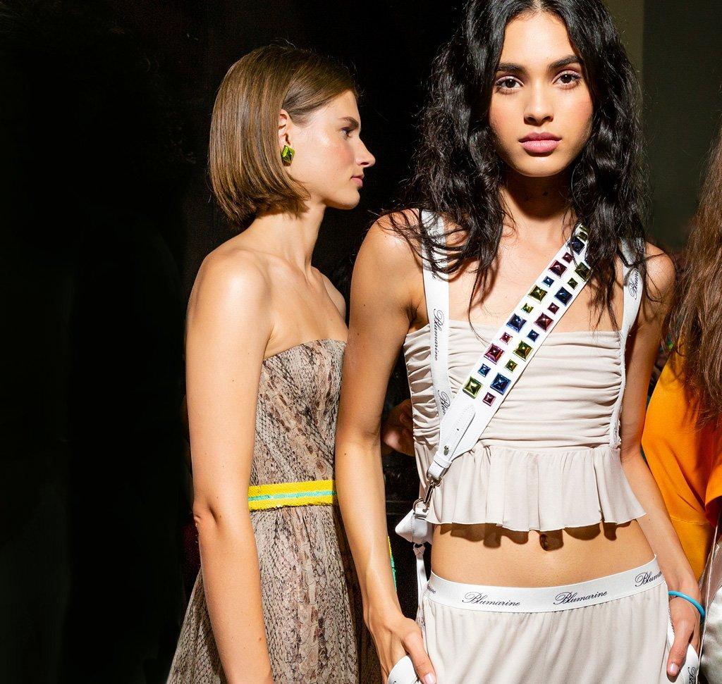<strong>SFILATA P/E 2019</strong><br />Romantic activewear: Blumarine esprime un romanticismo libero e moderno, guardando al futuro con gli occhi di una femminilità nuova. Spirito atletico e poetico, delicatezza e dinamismo sono mixati con garbo e ironia.