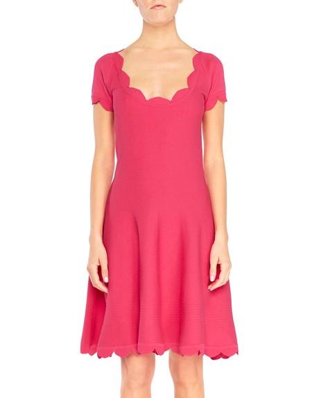 Трикотажное платье с отделкой края фестонами