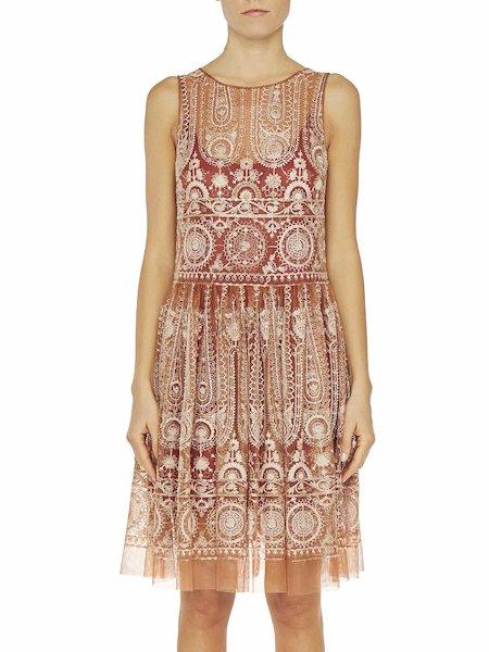 Платье без рукавов из тюля с вышивкой
