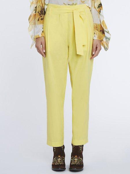 Hose mit hoher Taille und Gürtel