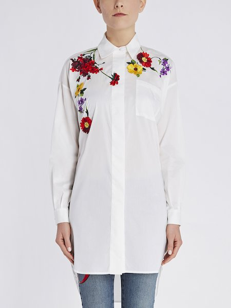 Camisa over con bordado de flores