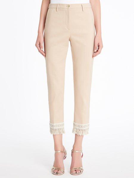 Укороченные брюки с декоративными украшениями и бахромой