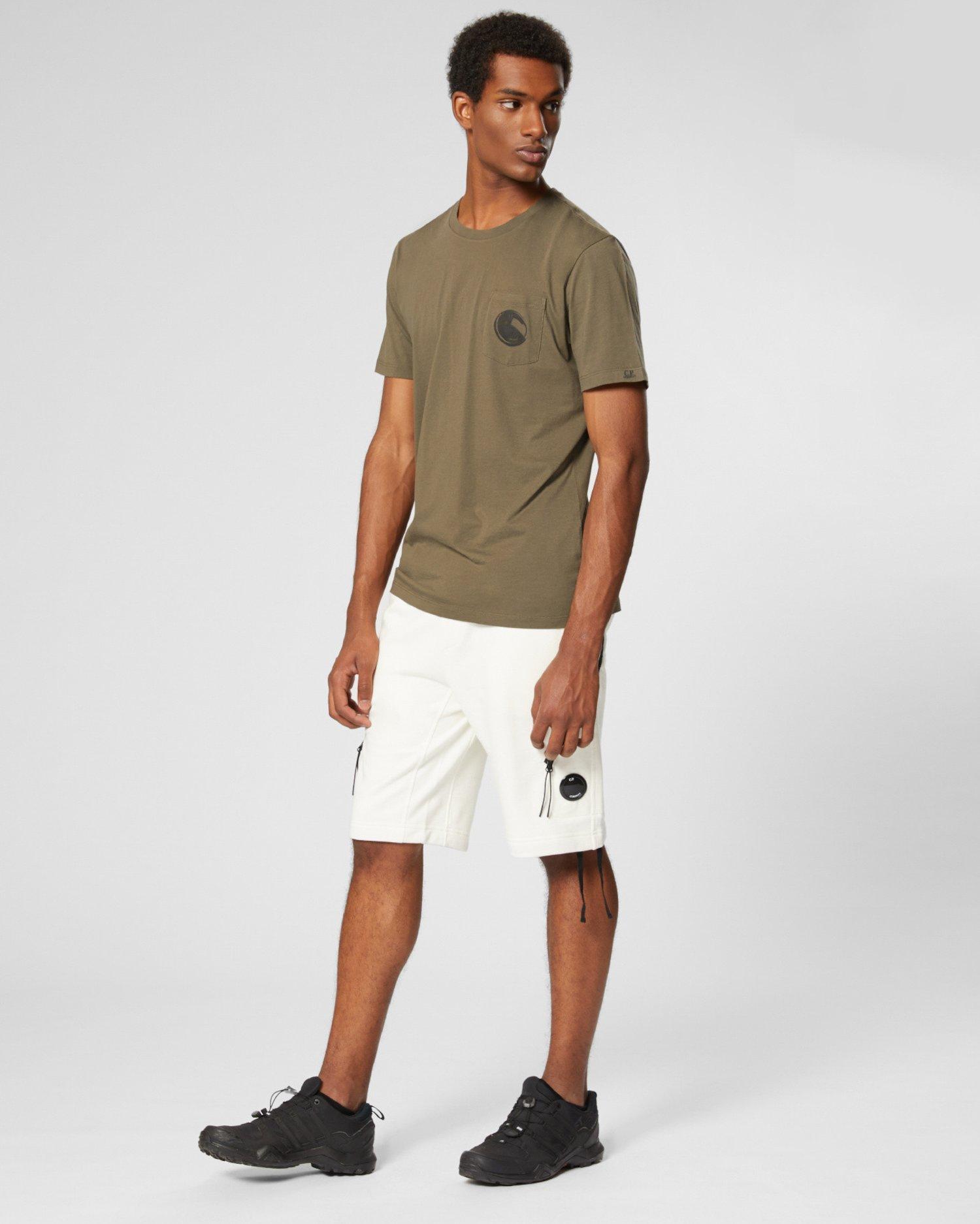 T-Shirt aus 30/1-Jersey mit Linsen-Print auf der Tasche