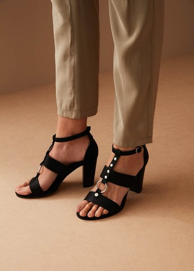 Sheila sandal with ring and studs