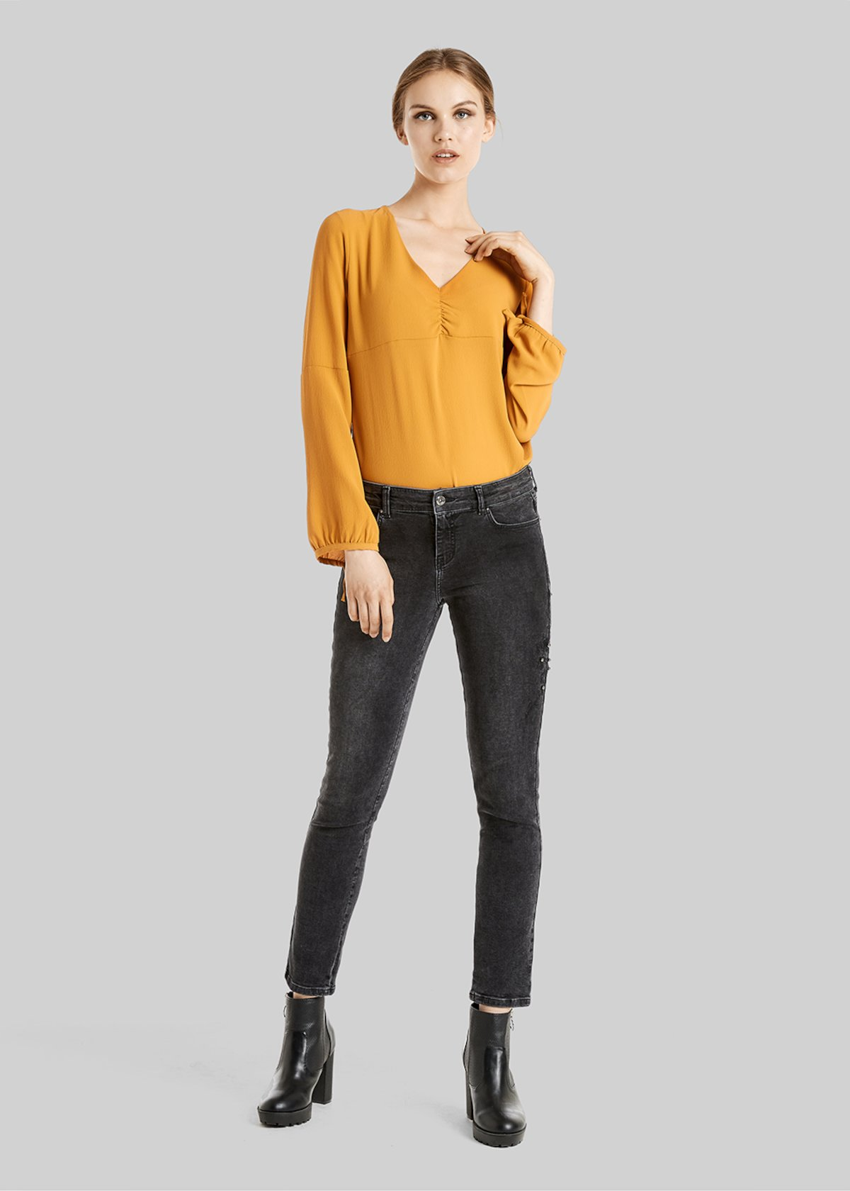 Clara blouse with curling on the neckline