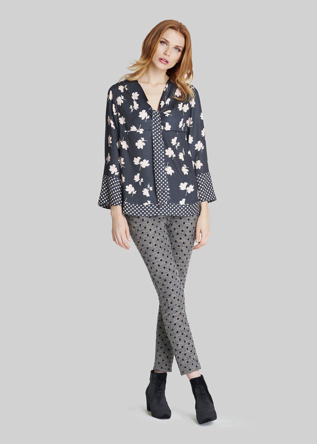 T-shirt Simona dettaglio sciarpina con print in contrasto