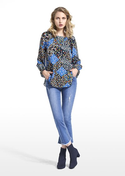 Blouse Cristina patterned covent garden with gathering on the neckline