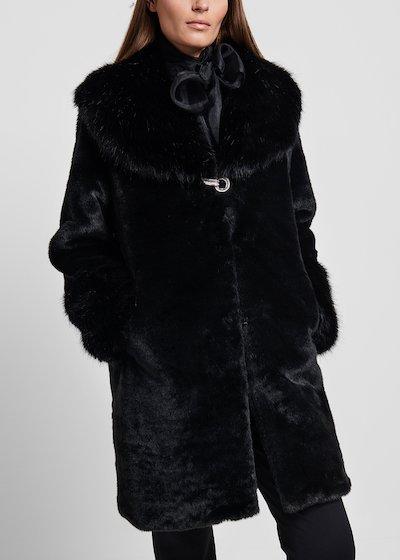 Cappotto in eco pelliccia a pelo lungo con chiusura gioiello