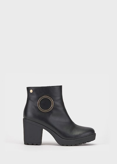 Soled boot with maxi eyelet