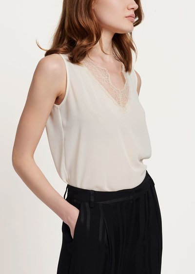 Tonic top with lace on the neckline