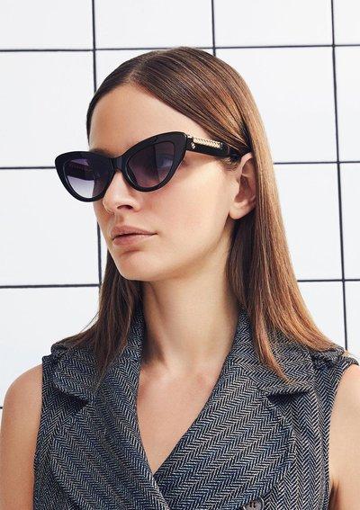 cat model sunglasses
