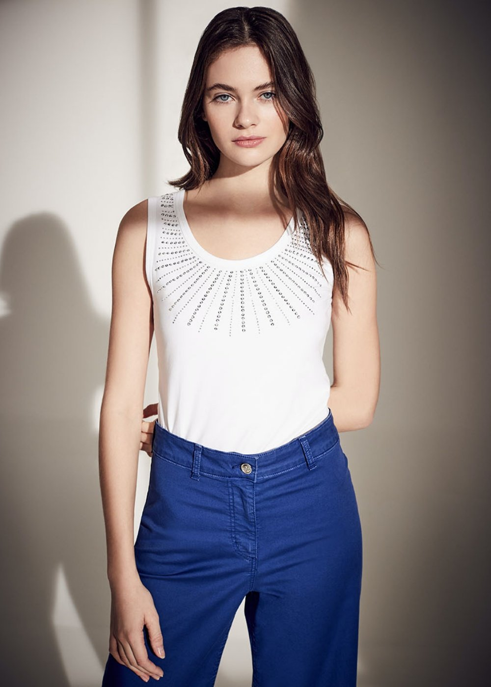 Torn top with rhinestone embroidery - White - Woman