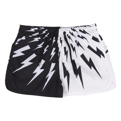 Costume shorts da mare bianchi e neri in nylon
