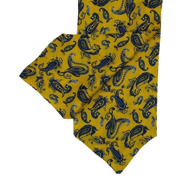Cravate en soie de couleur moutarde avec motif cachemire bleu marine
