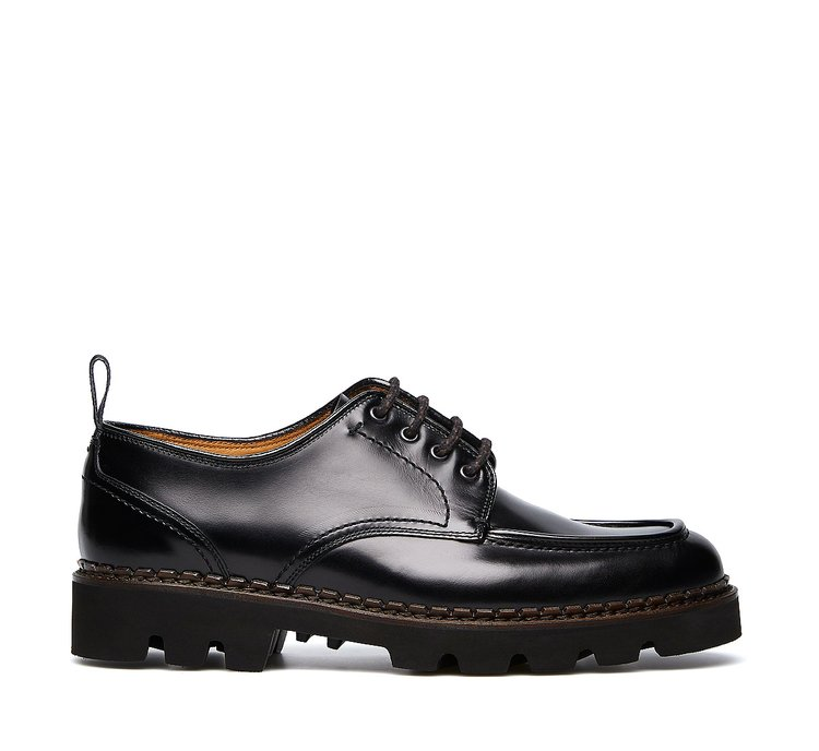 Lace-ups in exquisite, hand-buffed deerskin