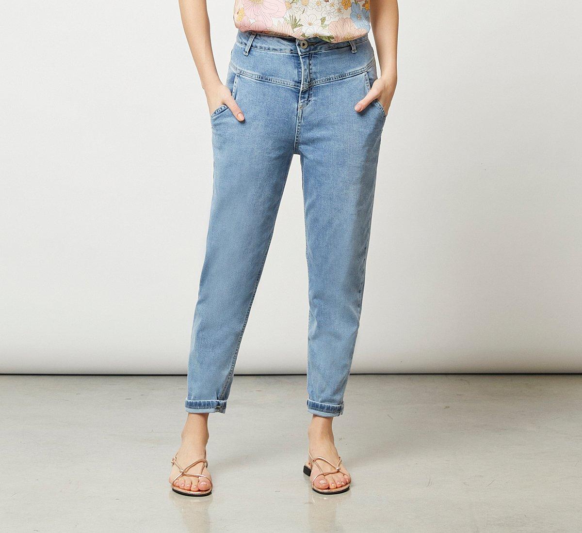 High-waisted jeans