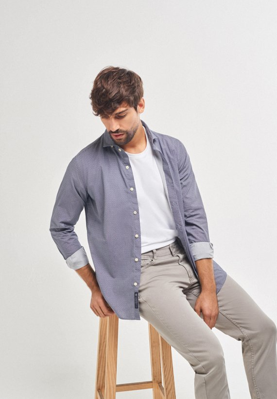 Camisa slim fit estamapada en gris
