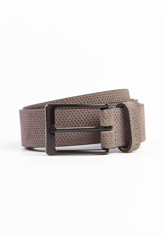 Cinturón serraje rombo perforado con hebilla negro mate.