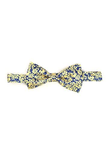 Pajarita de flores amarillas con fondo azul.