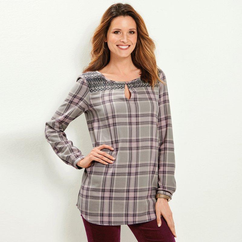 Blusa con canesú bordado de cuadros tejidos