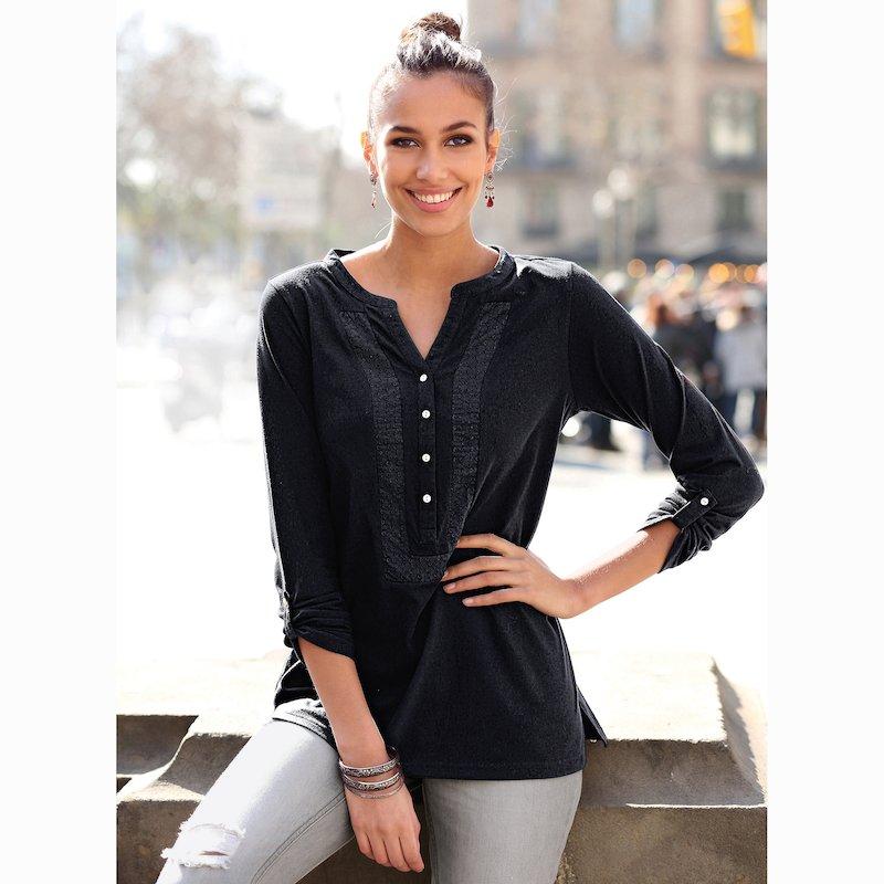 Camiseta escote V con botones nácar y bordado suizo