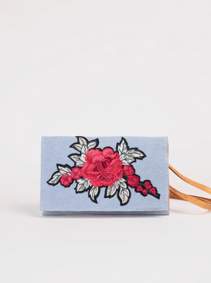 Bolso con correa regulable y bordado floral