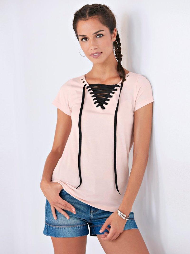 Camiseta escote V con ojales metálicos y cordón