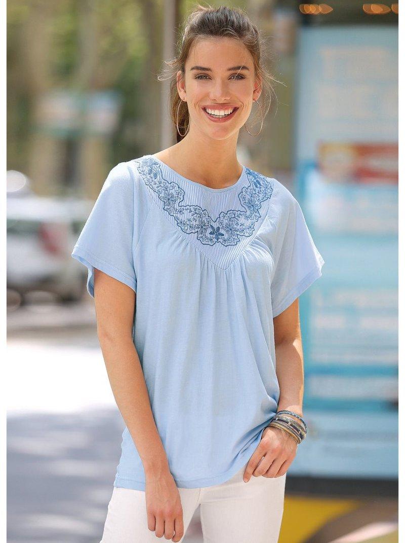 Camiseta canesú de bordado suizo y aplicaciones