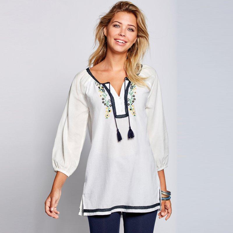 Blusa caftán bordada con guipur tejido cambric