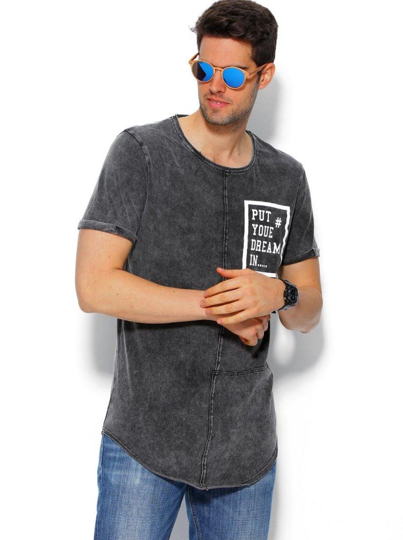 Camiseta larga de hombre con estampado en el pecho efecto va