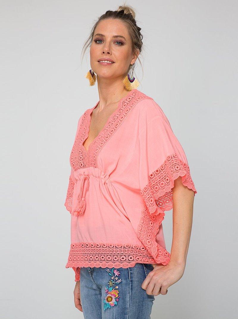 Blusa tipo poncho gran escote V con guipur