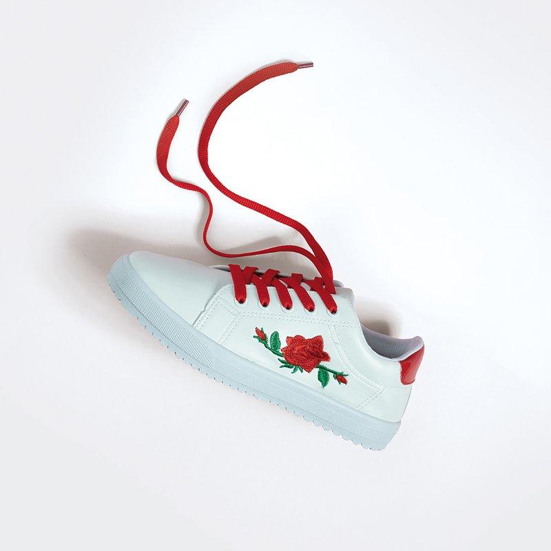 Zapatillas deportivas bordadas y cordones extra