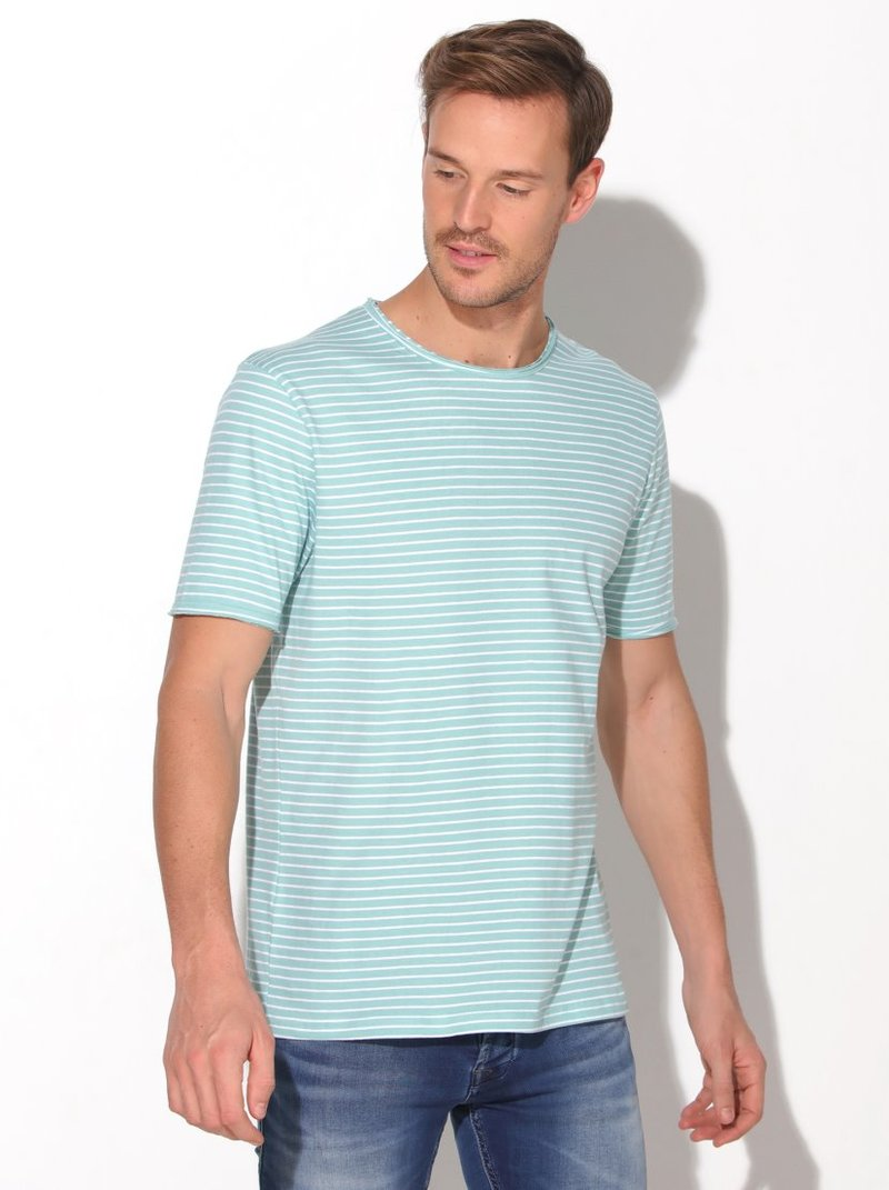 Camiseta con diseño de finas rayas