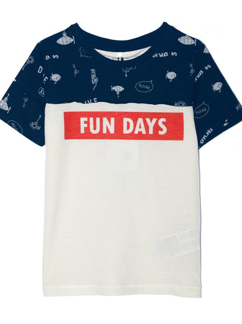 Camiseta niño con canesú y mangas estampadas