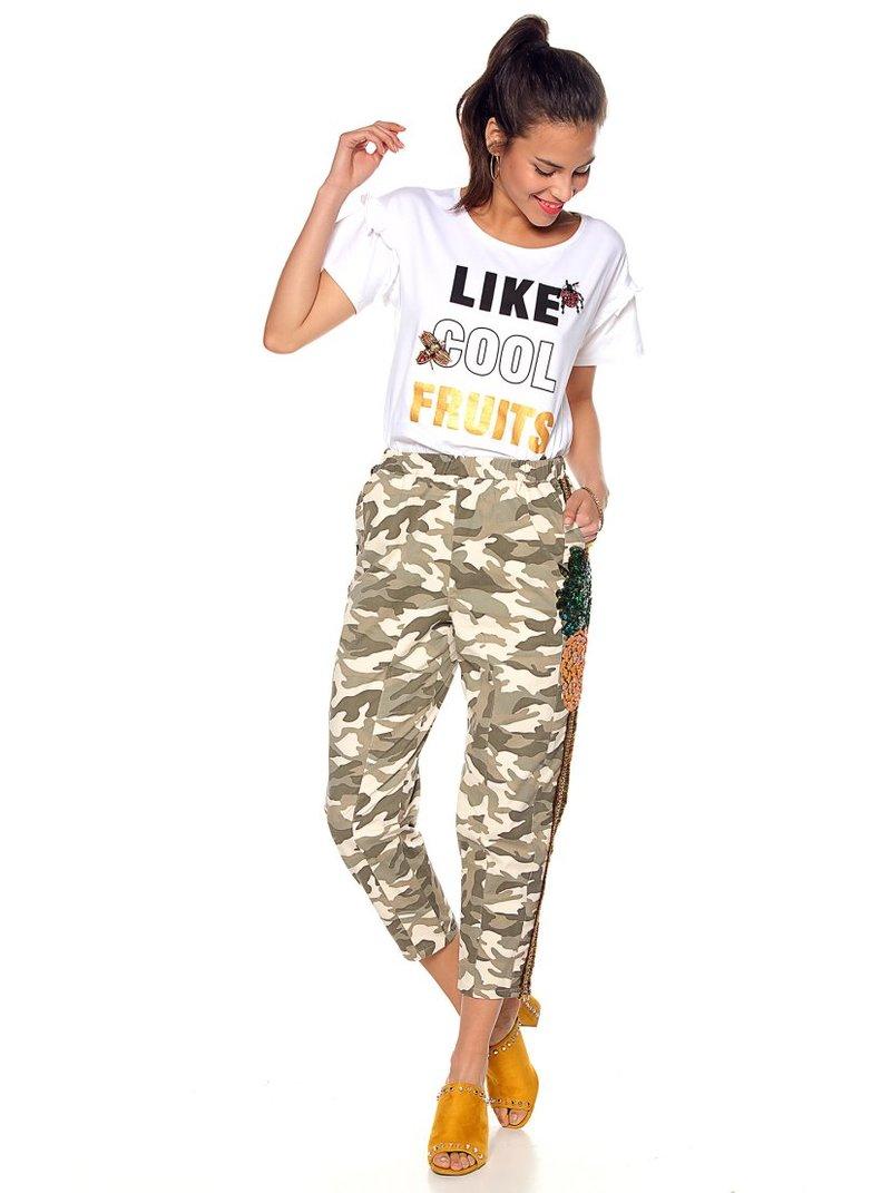 Pantalón estampado camuflaje con aplicaciones