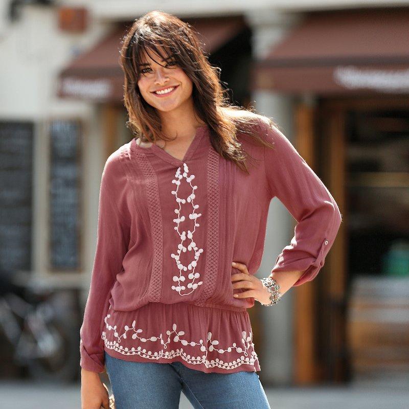Blusa bordada a contraste con jaretas y encaje