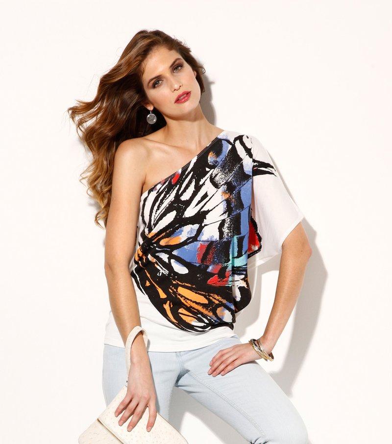 Camiseta mujer escote asimétrico con estampado