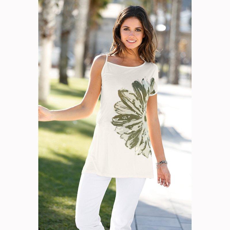 Camiseta escote asimétrico con flor estampada