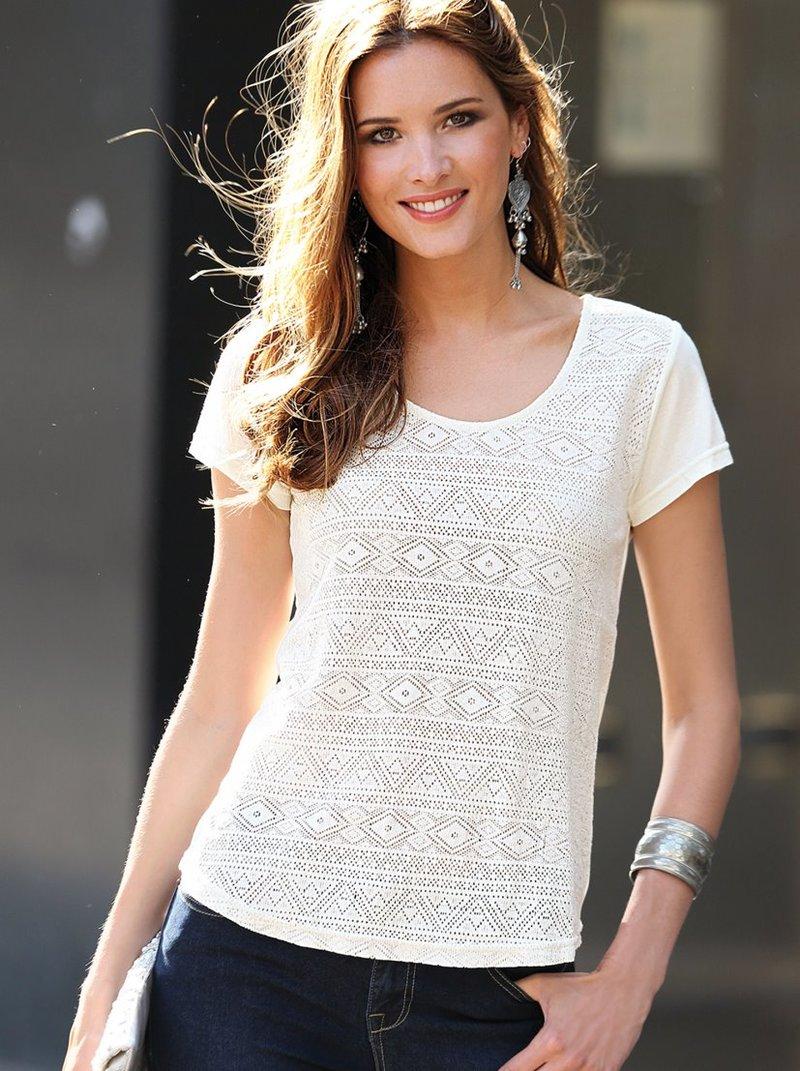 Camiseta bordada con canesú fruncido trasero