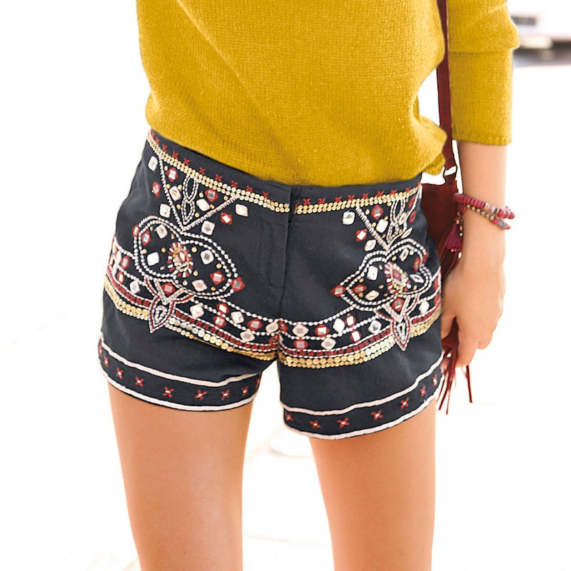 Pantalón short bordado con lentejuelas y abalorios