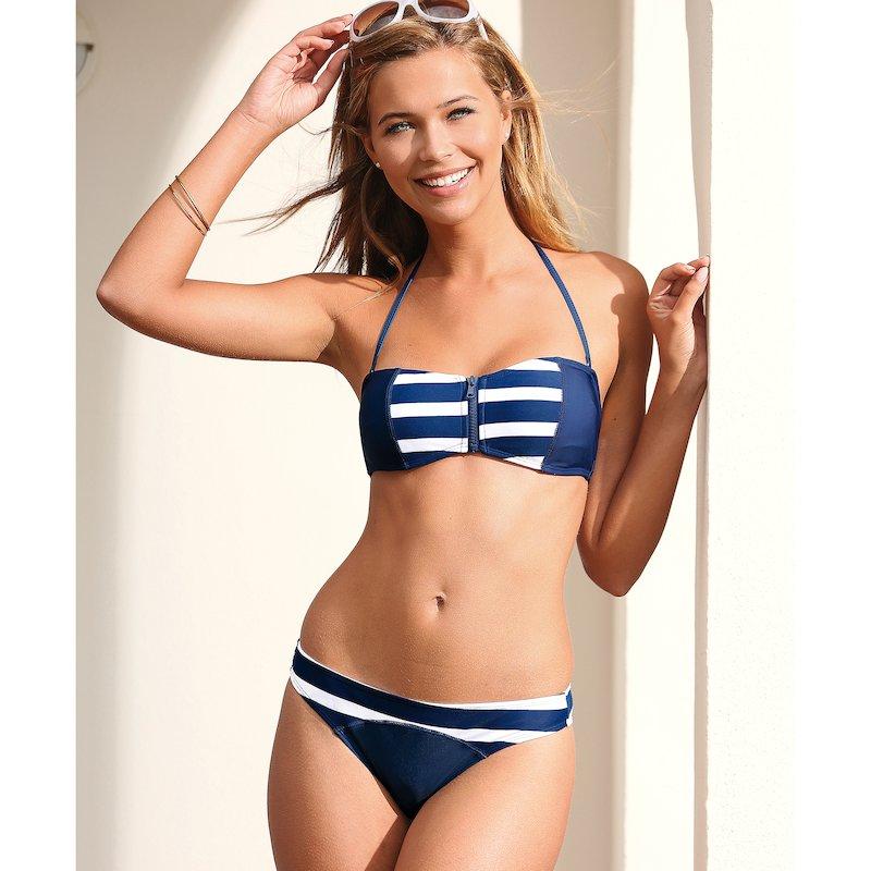 Bikini bandeau de rayas con sujetador abrochado