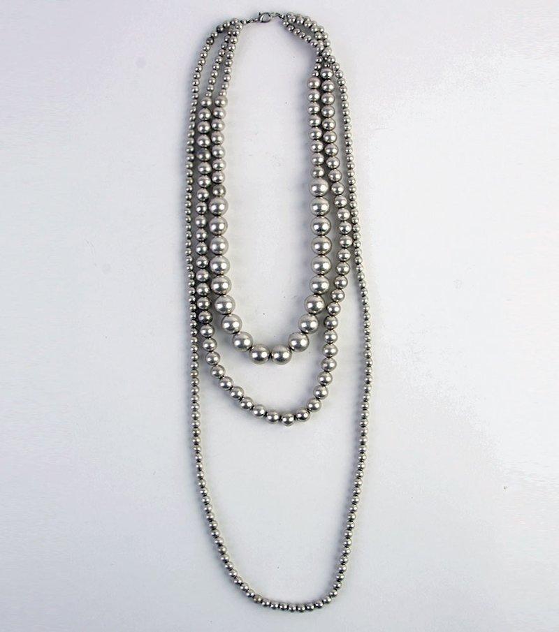 Collar efecto triple de perlas